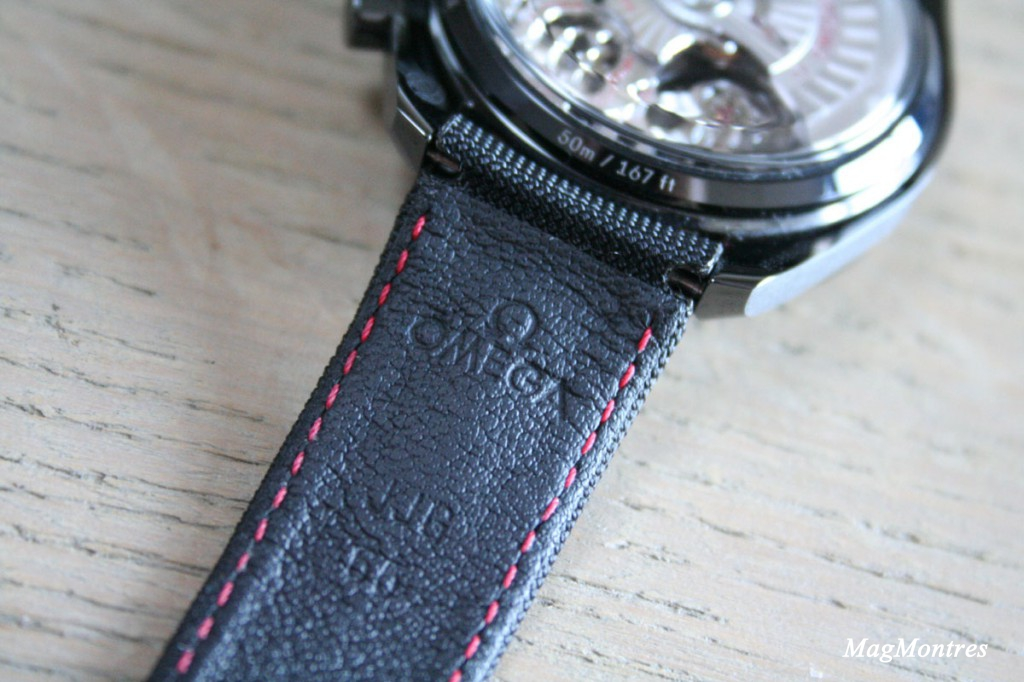 Montre Omega Dark Side of the Moon - Bracelet en tissu avec surpiqûre rouge