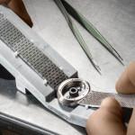 Ajustement du bracelet avec le boîtier. Le tout est ensuite pointé au laser par le dessous pour être maintenu.