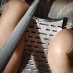 Opération de limage après fraisage du bracelet.